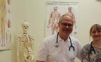 Landarzt Michael Buff zeigt Medizin-Studentin Cecilia Kowollik die Arbeitsabläufe der Gemeinschaftspraxis Gleen-Felda. Foto: Gössl